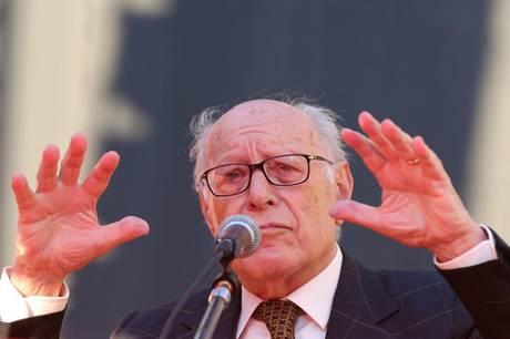 Il filosofo Emanuele Severino sul palco durante la sua partecipazione al Festival Filosofia a Bologna 15 settembre 2012. ANSA/US - FESTIVALFILOSOFIA- BARACCHI - HO EDITORIAL USE ONLY